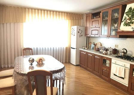 Продаётся 3-комнатная квартира, 101 м²